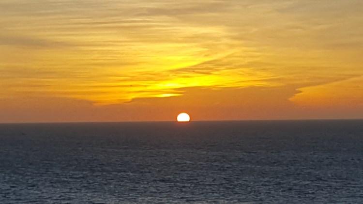 lo splendido tramonto di Ètretat, squisita località sulla costa della Normandia