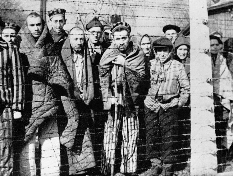 una foto storica dei prigionieri nel campo di auschwitz vicino a cracovia in polonia