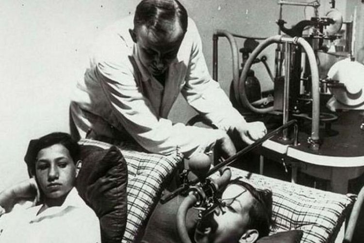 Josef Mengele mentre esegue uno dei suoi esperimenti sui bambini ad auschwitz vicino a cracovia in polonia