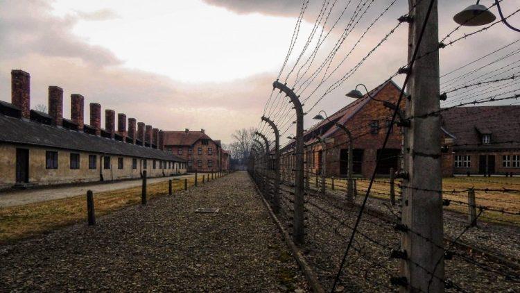 i macabri viali nel campo di concentramento di auschwitz vicino a cracovia in polonia