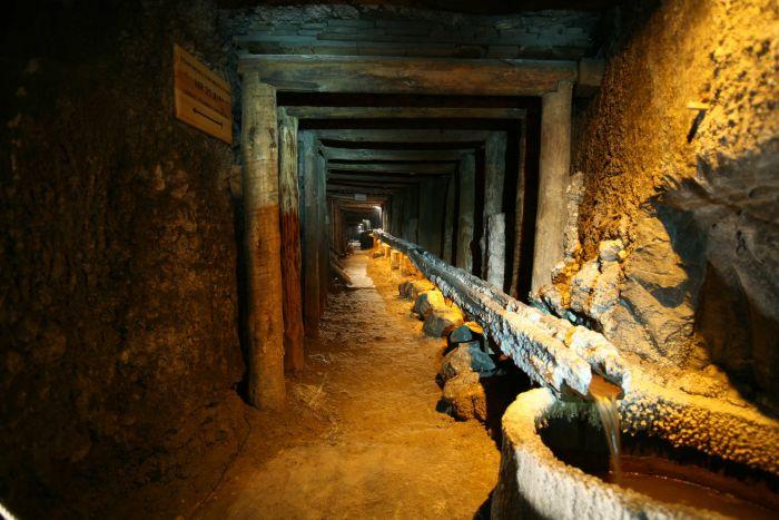 il percorso minerario all'interno delle gallerie della miniera di sale di wieliczka vicino a cracovia in polonia