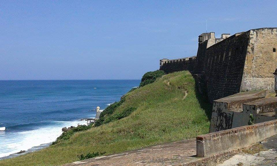 le imponenti mura del castello de san cristobal a san juan de puerto rico