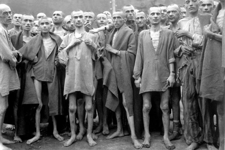una fotografia storica che mostra prigionieri denutriti nel campo di concentramento di auschwitz, vicino a cracovia in polonia