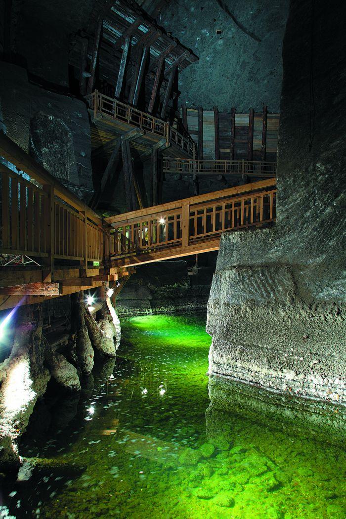 uno dei laghi salini all'interno delle miniere di sale di cracovia in polonia