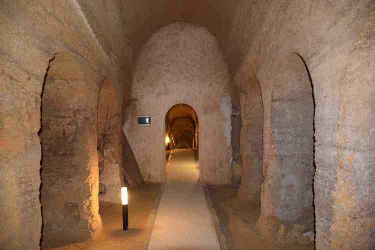 il passaggio nelle grotte di camerano