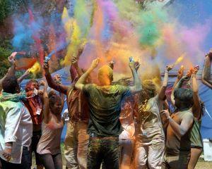 performance colorata ad artisti in piazza
