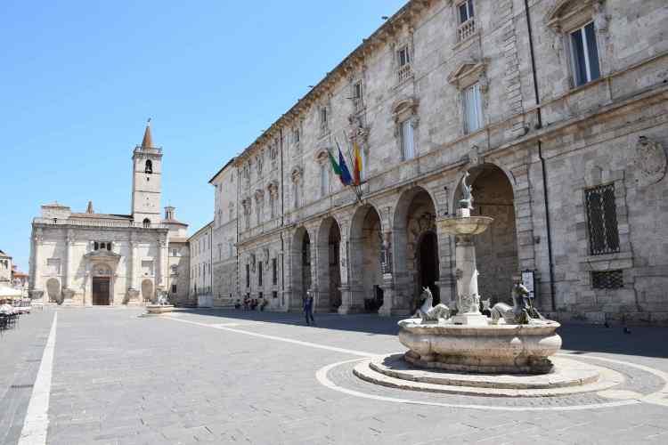 piazza dell'arengo è la più importante piazza monumentale di ascoli piceno