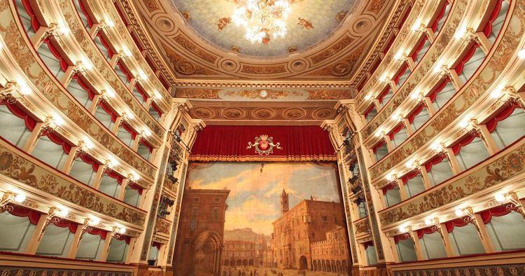 il sontuoso ed elegante interno del teatro ventidio basso ad ascoli piceno