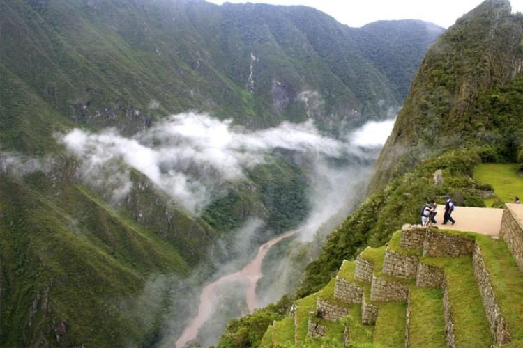 la lussurreggiante valle urubamba che circonda e avvolge il machu picchu