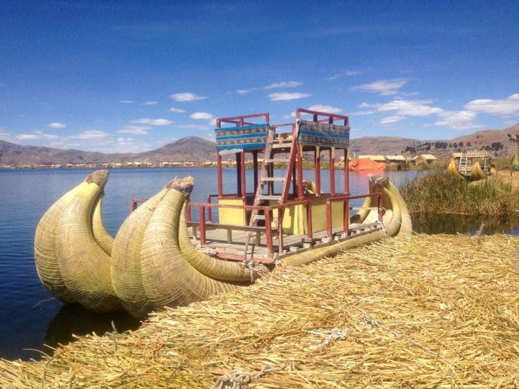 una barca degli uros in totora