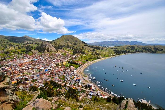 vista di copacabana punto di partenza per la navigazione verso la isla del sol
