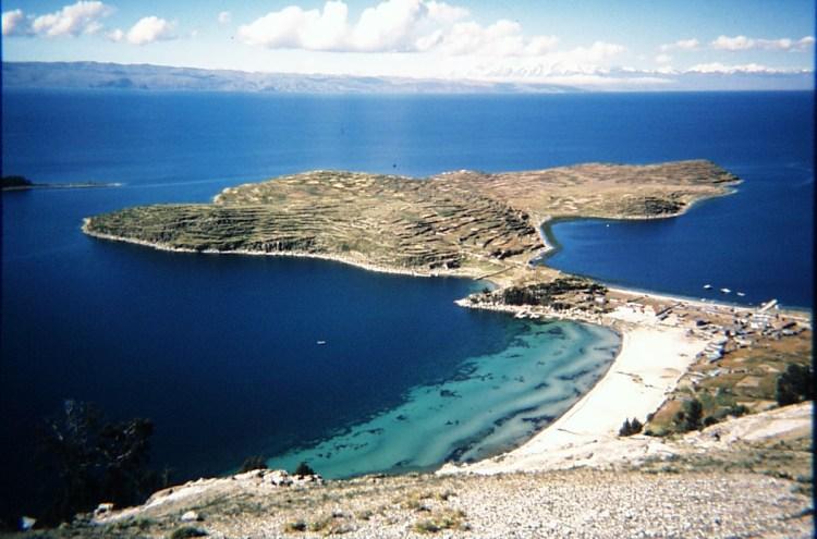 una panoramica del lago titicaca e della isla del sol
