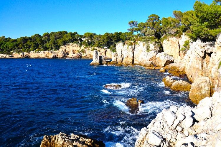 la splendida costa di cap d'Antibes sulla strada da Antibes a Cannes