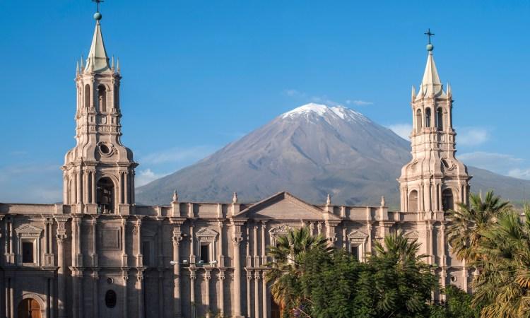 vista del vulcano misti dalla plaza de armas de arequipa
