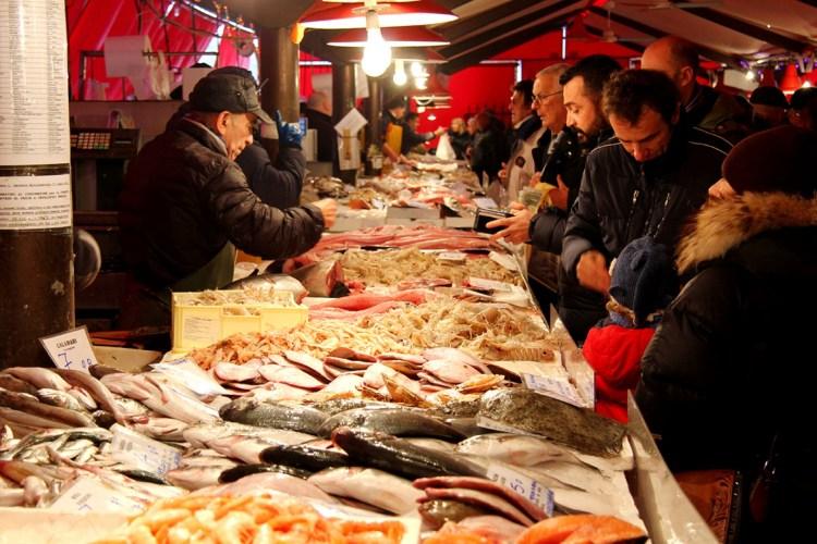 Il mercato del pesce nel centro storico di Chioggia