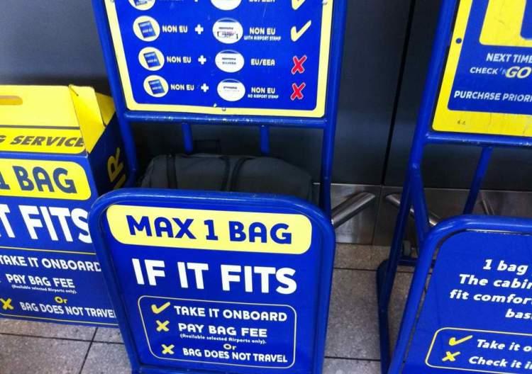 misuratore bagagli a mano per il rispetto delle regole ryanair sulla dimensione consentita