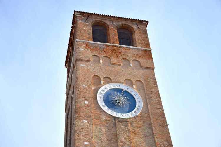 La Torre dell'Orologio di fianco alla Chiesa di Sant'Andrea nel centro storico di Chioggia