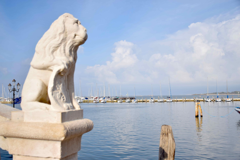 Uno dei leoni sui corrimani del Ponte di Vigo nel centro storico di Chioggia