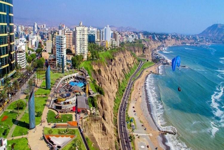 la capitale del Perù si affaccia sull'oceano pacifico