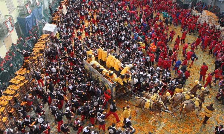 il corteo storico e la battaglia delle arance al carnevale di ivrea