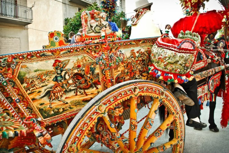 carretto siciliano uno degli elementi caratteristici della festa del mandorlo in fiore