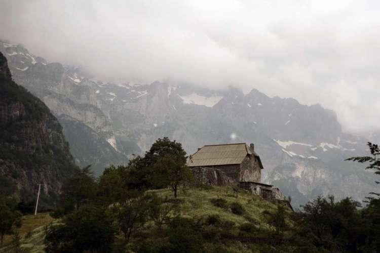 una casa tradizionale di Theth nelle alpi albanesi