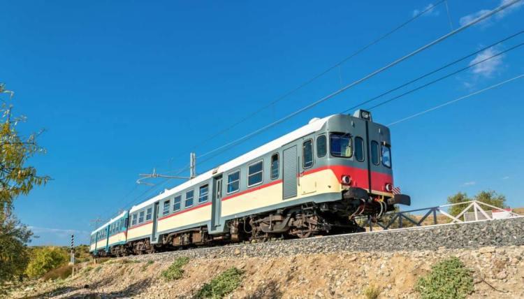lo storico treno del mandorlo in fiore