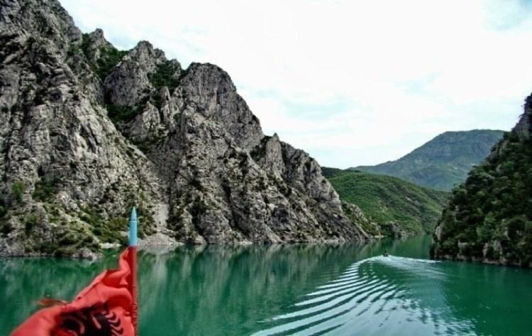 il fiume valbona nel cuore delle alpi albanesi