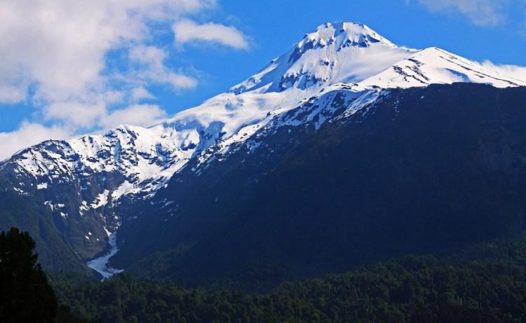 il vulcano yates nel parco nazionale hornopirén