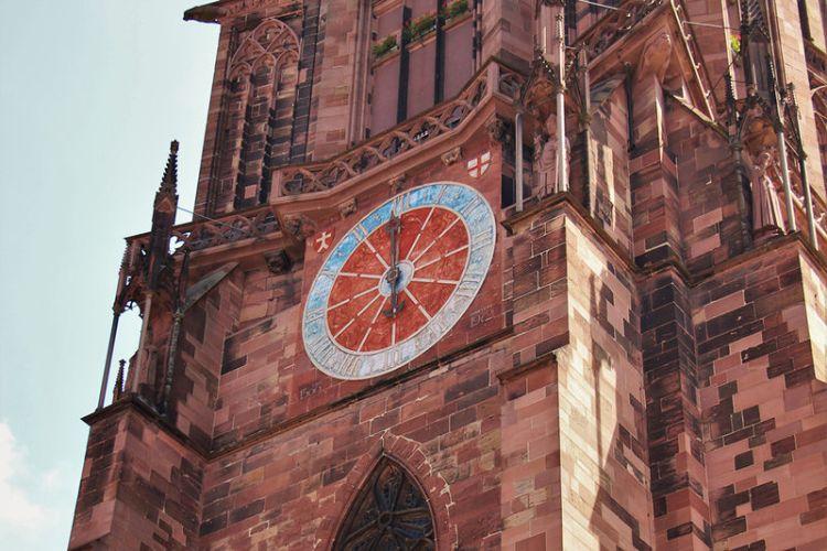 L'orologio sulla torre della Cattedrale di Friburgo
