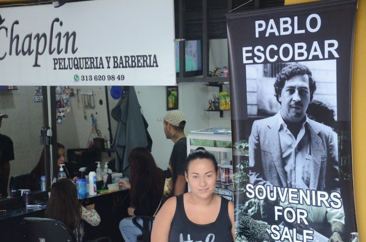 un negozio vende i souvenirs di pablo escobar