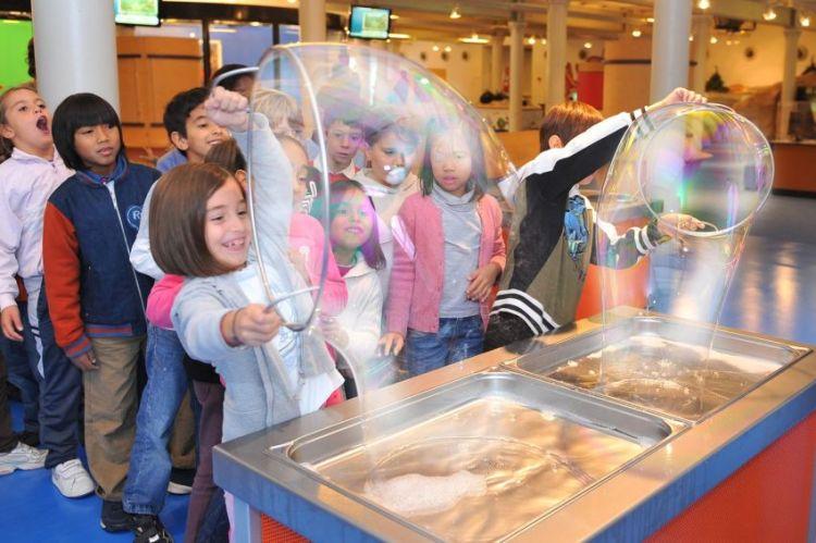 bolle di sapone alla città dei bambini nel porto antico di genova