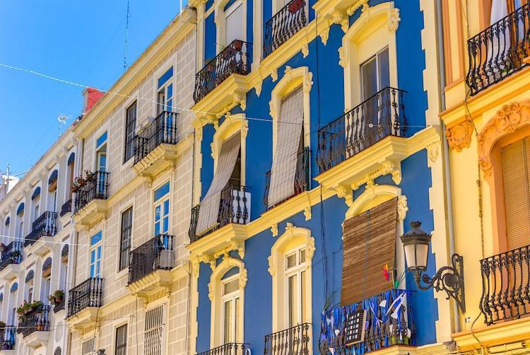 la splendida facciata di un palazzo nella zona di ruzafa, nel quartiere dell'ensanche
