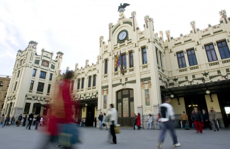 la facciata della estación del norte con elementi gotici