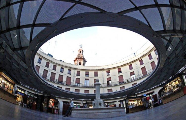 il campanile della Iglesia de Santa Catalina visto dalla Plaza Redonda di Valencia