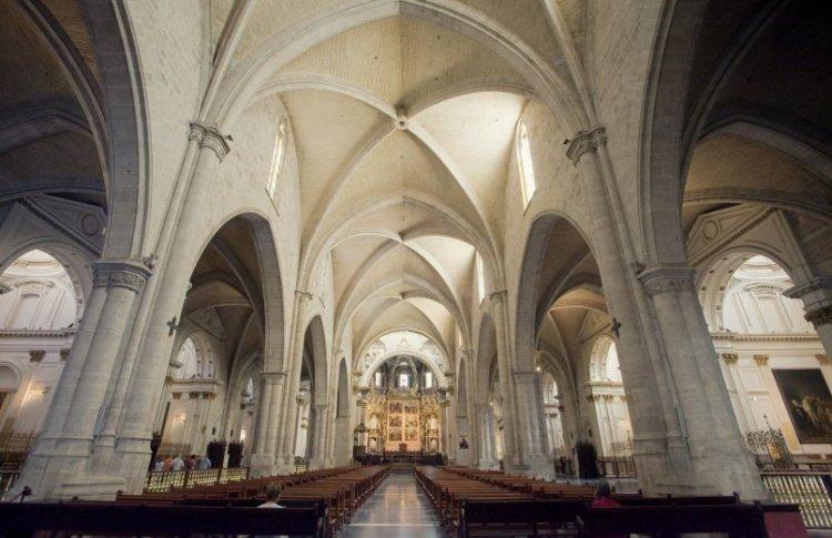 la navata centrale della catedral de valencia dove è custodito il santo graal