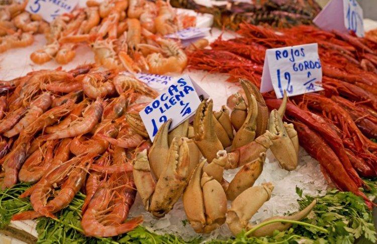 ll pesce fresco esposto nelle bancarelle del mercado central