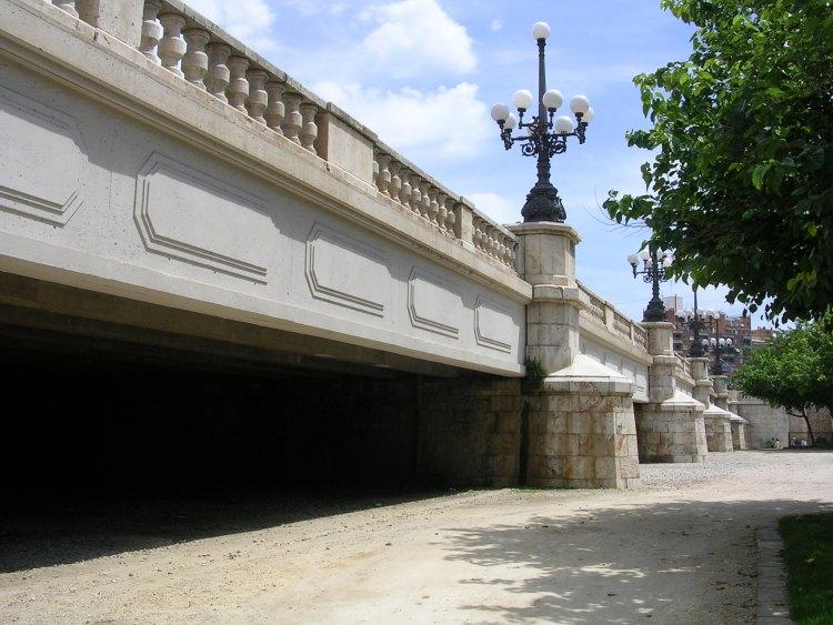 il puente del angel custodio di valencia all'interno del giardino del turia
