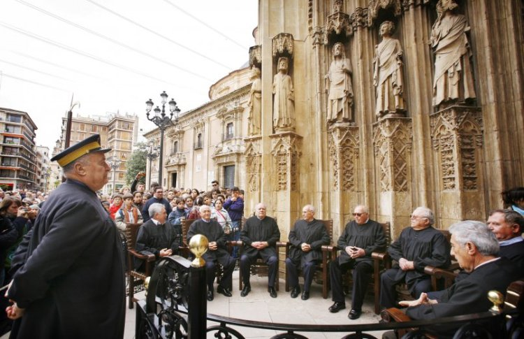 una seduta dello storico tribunal de las aguas di valencia patrimonio mondiale dell'umanità UNESCO