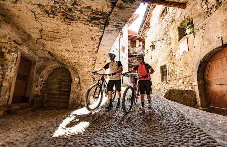 in bici tra gli antichi borghi del garda trentino