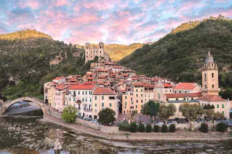 una panoramica del bellissimo borgo di dolceacqua nel ponente ligure