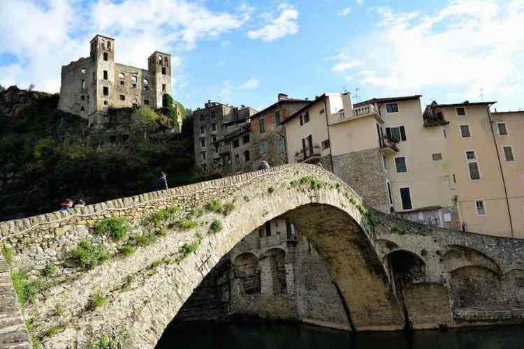 l'elegante arcata del ponte vecchio di dolceacqua