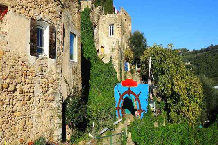 una inusuale installazione artistica nel borgo di Bussana Vecchia