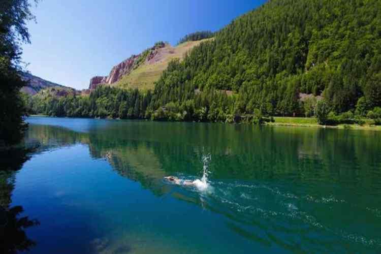 le bellissime acque blu del lago di lases in val di cembra