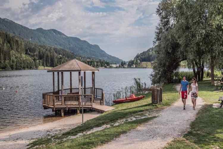 Il sentiero che circonda il lago di serraia appena fuori baselga di piné in val di cembra