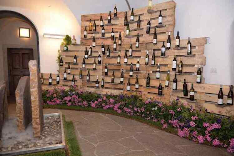 elegante esposizione di bottiglie di muller thurgau in una cantina della val di cembra