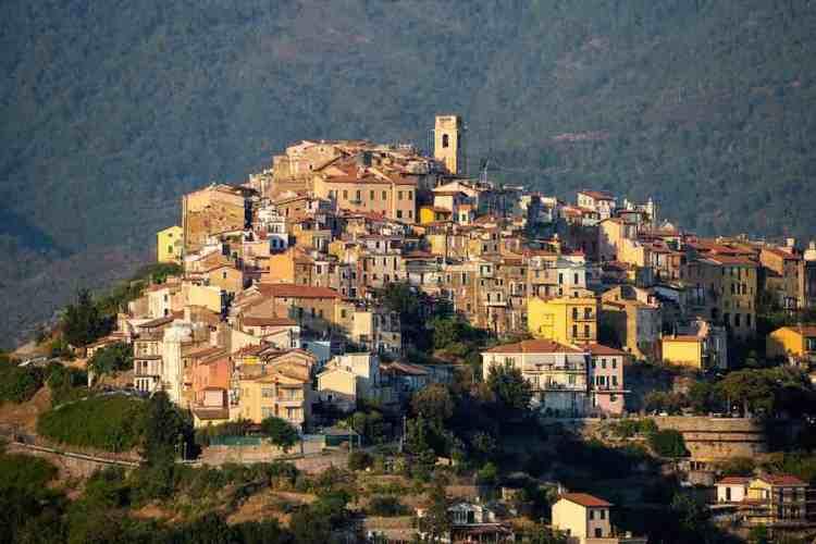 una panoramica del borgo medioevale di perinaldo