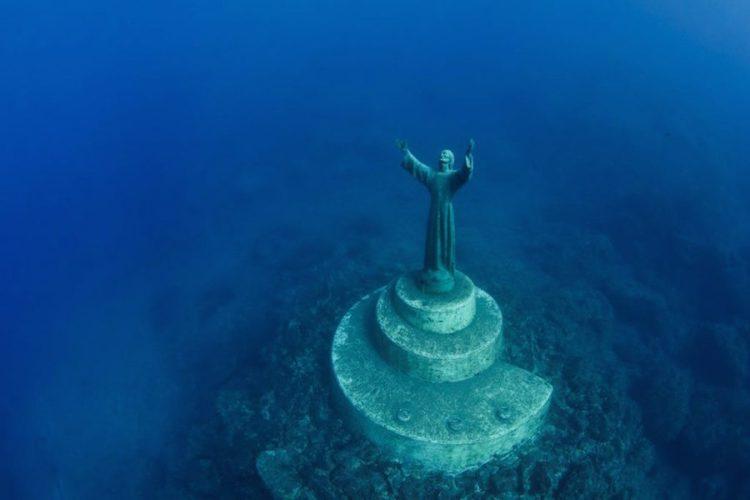 la statua del cristo degli abissi nei fondati della baia di san fruttuoso di camogli