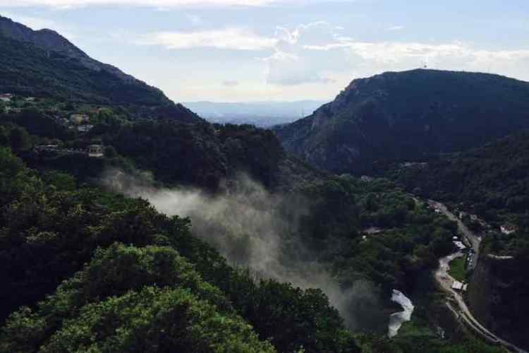 Il panorama che si vede dal percorso la rupe e l'uomo nel parco naturale delle cascate delle marmore