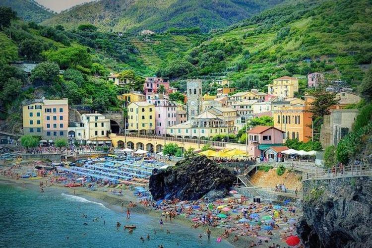 il borgo di monterosso tra il mare e la collina